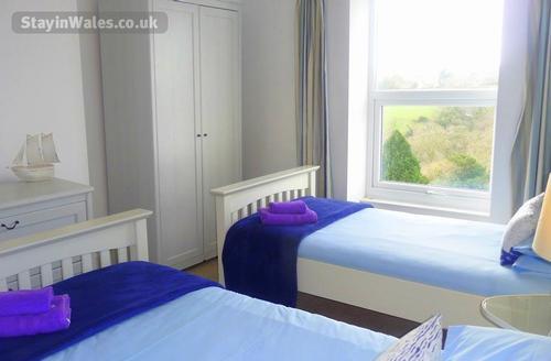 Twin bedroom alternative angle