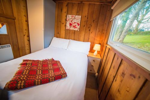 Cosy Double Bedroom in a Timber Hill Lodge