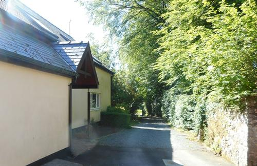 Garden Lodge with 4-bed flat on 1st floor