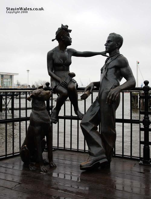 Couple and dog sculpture, Mermaid Quay