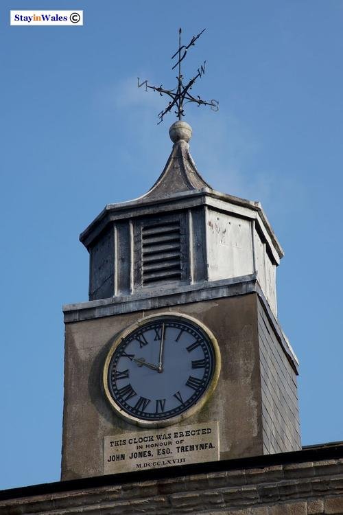 Y Cwrt Clock Weathervane, Bala